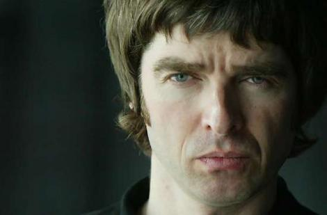 "Noel Gallagher no clipe de ""In The Heat Of The Moment"""
