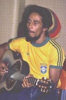 Bob Marley com camiseta da Seleção Brasileira