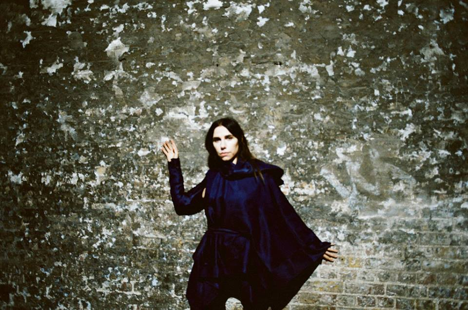 PJ Harvey perfeita na direta e reta Community of Hope