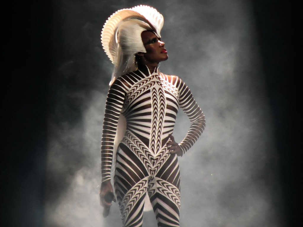 Perfil de Grace Jones com galeria de fotos e playlist definitiva