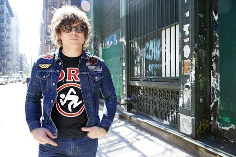 "Ryan Adams mostra as armas no vídeo de ""Do You Still Love Me?"""