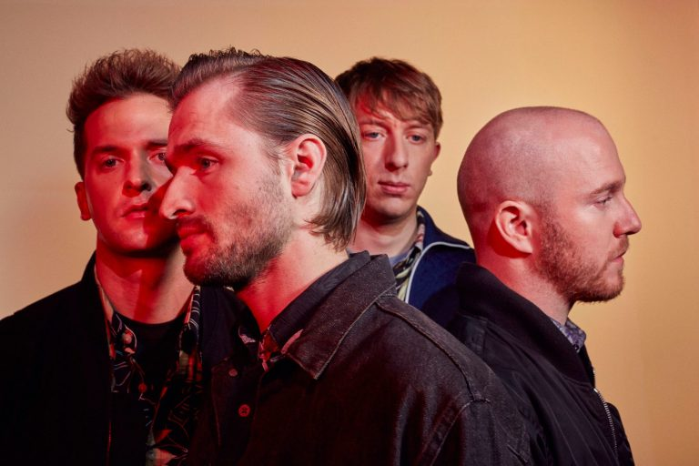 Wild Beasts detonam no clipe de Alpha Female com cenas de skate feminino na India