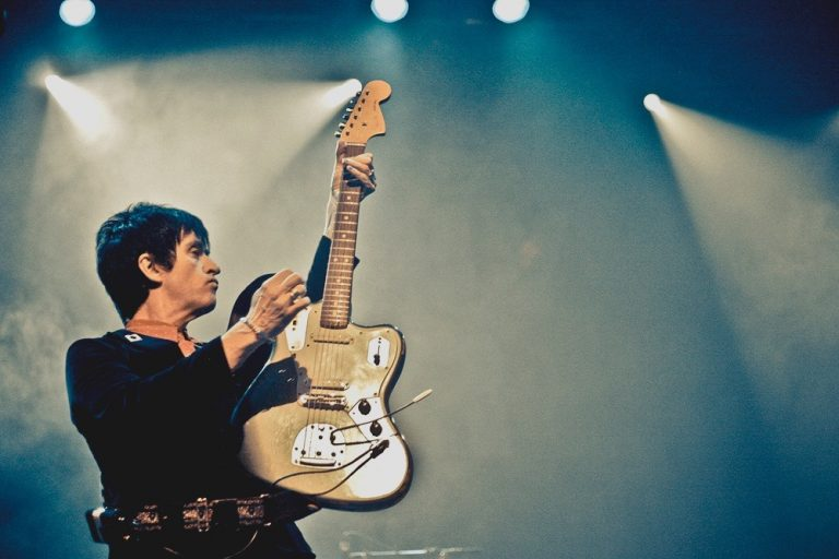 Johnny Marr acerta todas no existencialista Call the Comet