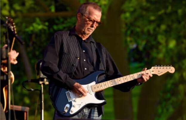 Eric Clapton emociona Hyde Park em performance intimista