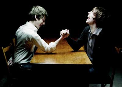 """Vídeo de """"Is This What You Wanted"""" antecipa EP de covers do """"The Last Shadow Puppets"""""""