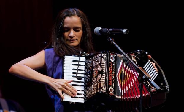 """Turnê do álbum """"Los Momentos"""" traz Julieta Venegas de volta ao Brasil"""