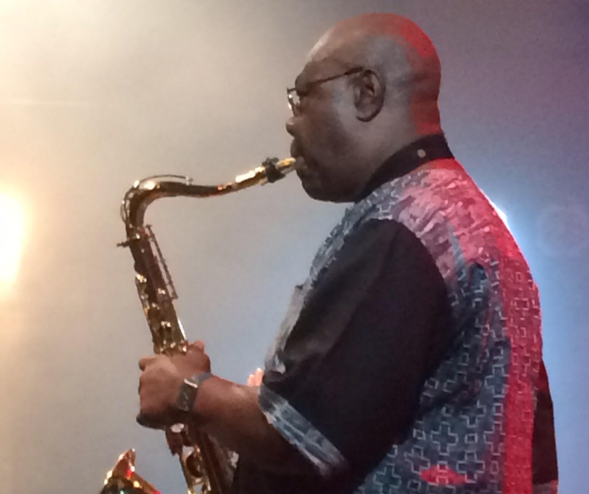 A musicalidade de Manu Dibango ao vivo no Sesc Pompéia