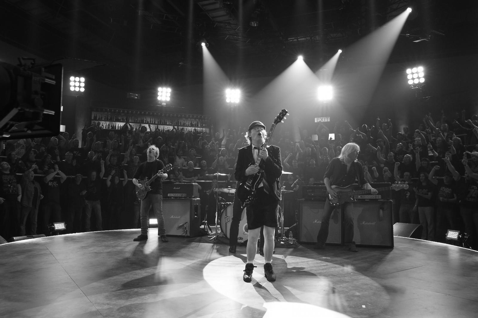 AC/DC vem inspirado em Rock the Blues Away