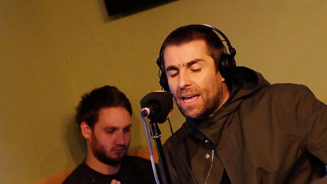 Liam Gallagher inspiradíssimo manda Bob Marley ao vivo – Natural Mystic